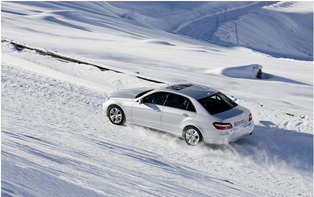 Машина мчится зимой