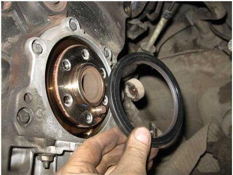 Коренной сальник двигателя