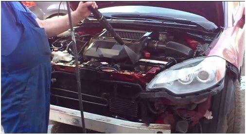 Процесс очистки двигателя автомобиля