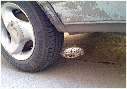 Наличие пятен бензина под машиной